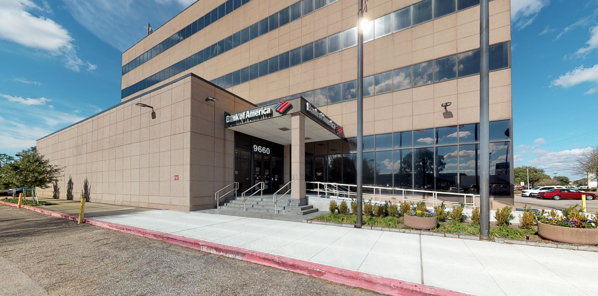 Bank of America financial center with walk-up ATM | 9660 Hillcroft St, Houston, TX 77096