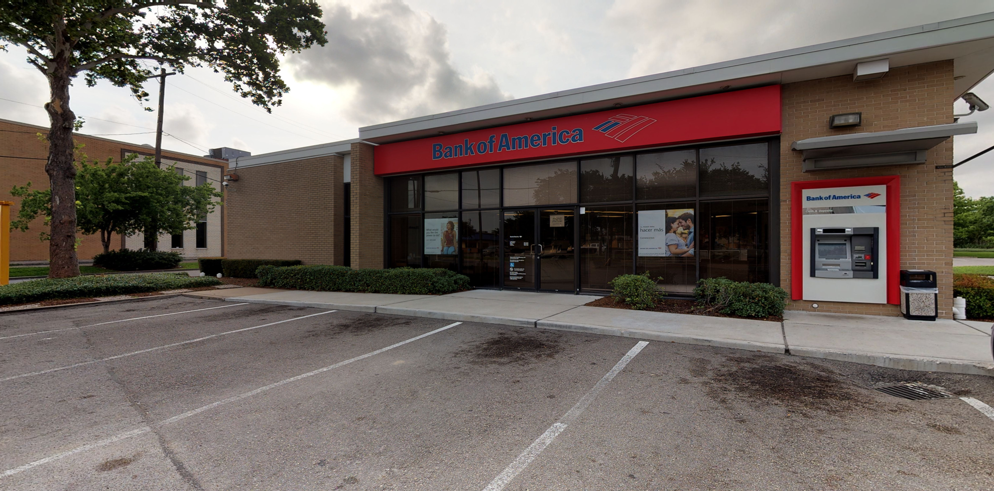 Bank of America financial center with drive-thru ATM | 1127 Edgebrook Dr, Houston, TX 77034