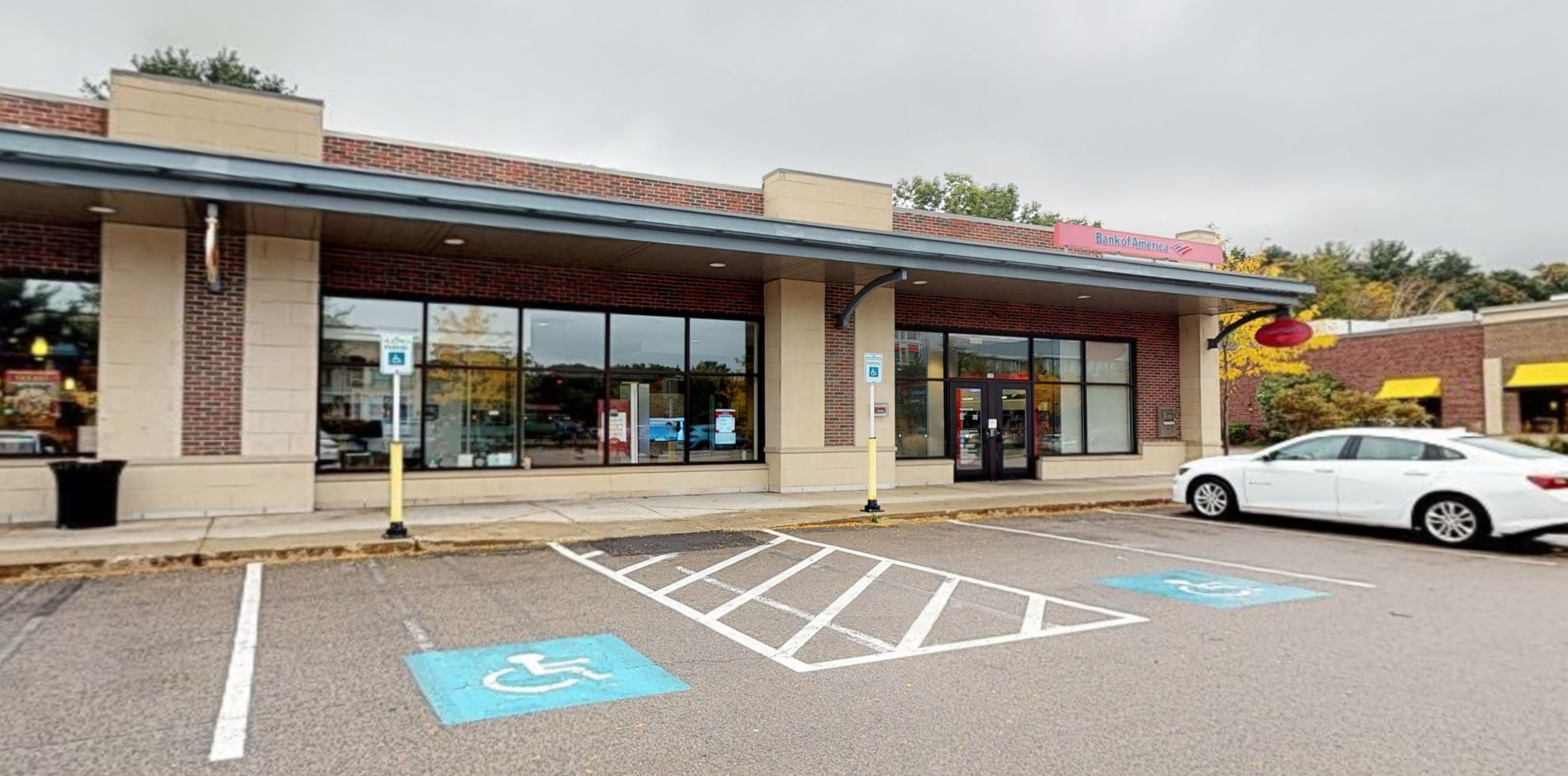 Bank of America financial center with drive-thru ATM and teller | 185 Linden St, Wellesley, MA 02482