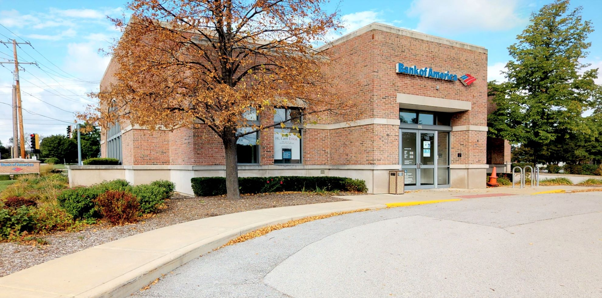 Bank of America financial center with drive-thru ATM and teller | 195 Milwaukee Ave, Lincolnshire, IL 60069