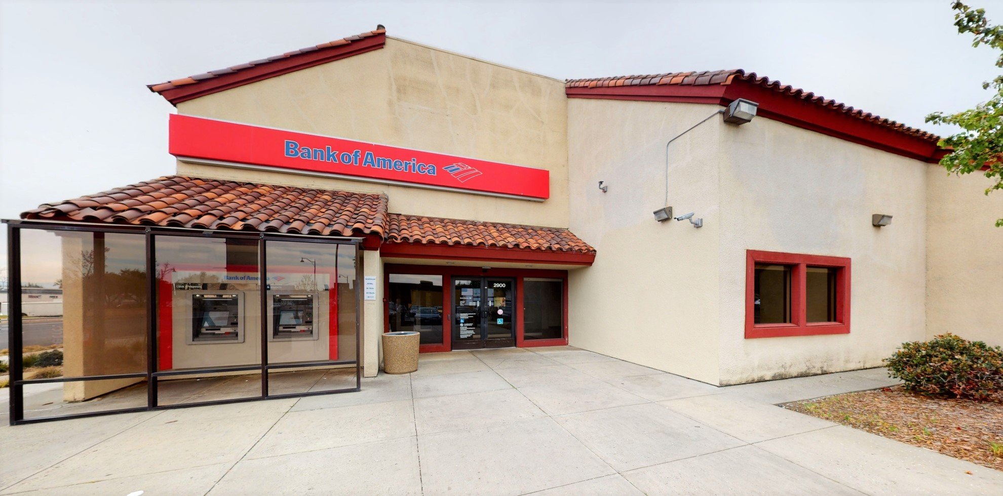 Bank of America financial center with drive-thru ATM | 2900 El Camino Real, Santa Clara, CA 95051