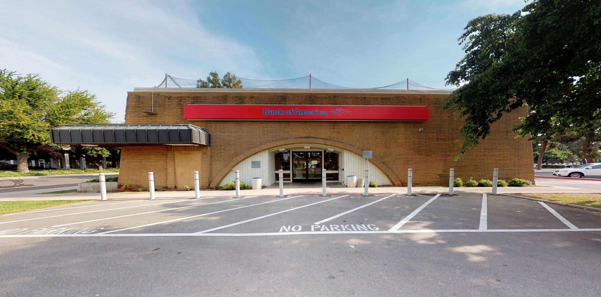 Bank of America financial center with drive-thru ATM | 590 E Shaw Ave, Fresno, CA 93710